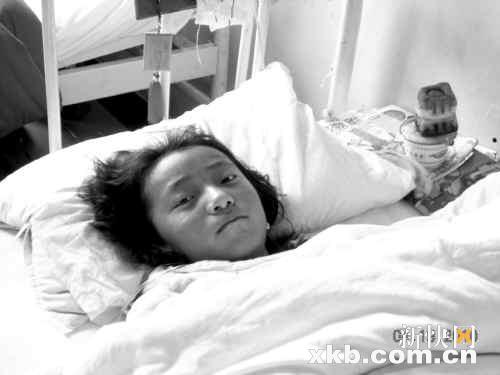 12岁女孩拖着断腿找人救好友